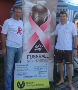 """Spendenübergabe von Gerhard Biber (rechts) an Hans Benz, Vorstand von """"Fussball gegen AIDS e.V."""""""