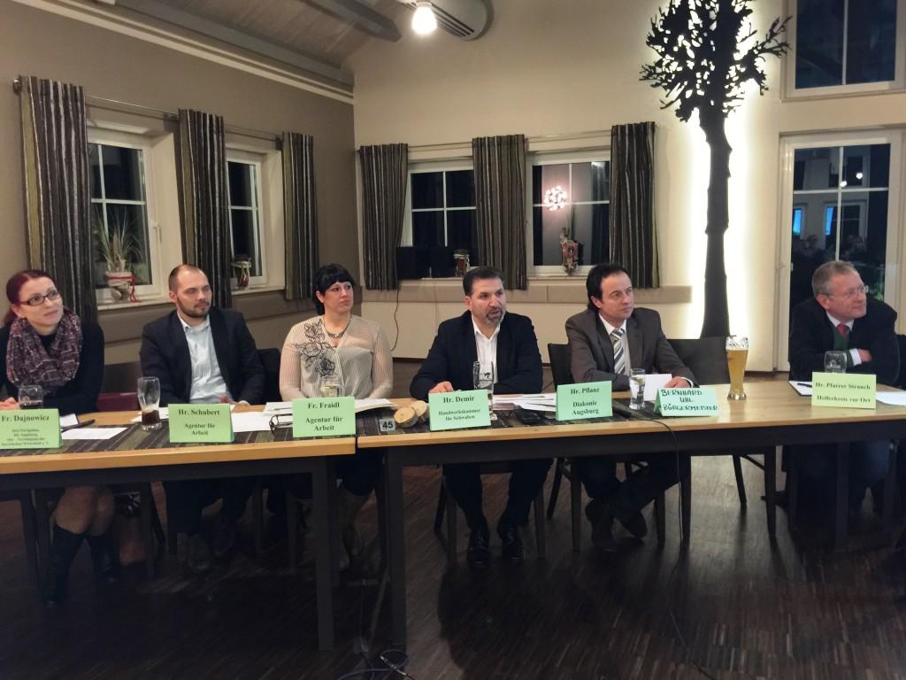 Das Podium: Vertreter der Arbeitsagentur, Handwerkskammer, Diakonie, Helferkreis, Bürgermeister Bernhard Uhl und Pfarrer Strauch der evangelischen Kirche